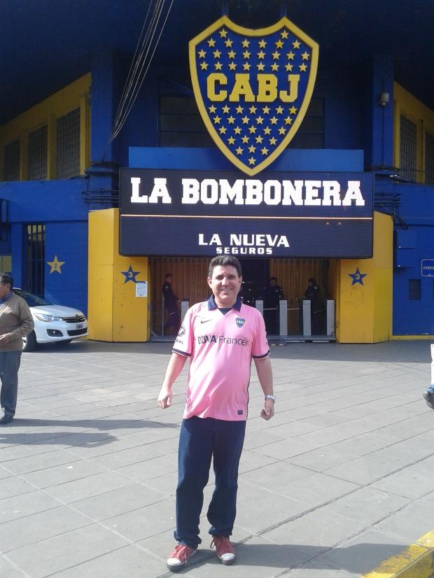 Em frente ao estádio La Bombonera (Foto: Arquivo Pessoal de Elvis Gomes)
