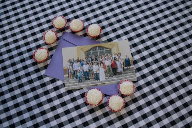 Foto da foto clicada pela Mari Castro (Canvas – Ateliê Fotográfico) após a cerimônia do nosso casamento. ♥ Presentamos os nossos convidados, durante o almoço pós-casório, com uma cópia dessa foto linda. ;) Foi demais!