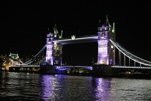 Tower Bridge e o rio Tâmisa