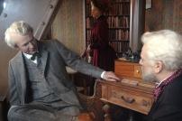 O encontro de Gustave Eiffel com Thomas Edison e a filha de Eiffel ao fundo