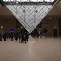 A pirâmide invertida. Se vier de metrô - vai entrar por aqui!